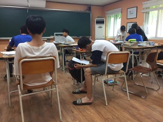 공부하는 학생들
